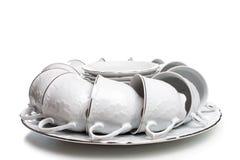 Un insieme dei piatti e delle tazze nel tono bianco Sul gentl dei piatti e delle tazze Immagine Stock Libera da Diritti