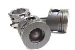 Un insieme dei pistoni e dei coni retinici per il motore di automobile su un fondo bianco Immagine Stock