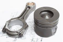 Un insieme dei pistoni e dei coni retinici per il motore di automobile su un fondo bianco Fotografia Stock