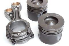 Un insieme dei pistoni e dei coni retinici per il motore di automobile su un fondo bianco Fotografie Stock Libere da Diritti
