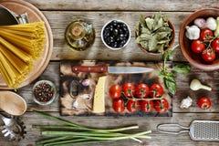 Un insieme dei prodotti e degli ingredienti per pasta Fotografia Stock
