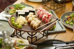 Un insieme dei sushi in un ristorante sulla tavola, fuoco selettivo pranzo immagini stock libere da diritti