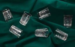 Un insieme dei vetri di vino su un fondo verde del panno Vista superiore Fotografia Stock