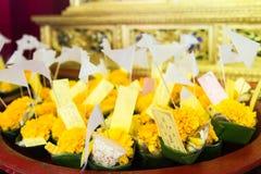 Un insieme del buddista offre dentro un tempio in Tailandia Fotografia Stock Libera da Diritti