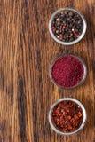 Un insieme del sumac delle spezie, del pepe e dei pomodori secchi Immagini Stock Libere da Diritti