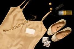 Un insieme dell'abbigliamento erotico e degli accessori del ` s delle donne per il gioco sessuale Fotografie Stock Libere da Diritti