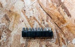 Un insieme della macchina del cacciavite del metallo fornisce di punta nella custodia in plastica isolata fotografia stock libera da diritti