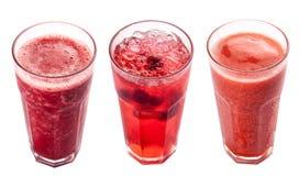 Un insieme delle bevande fredde Limonata e frullati Su una priorit? bassa bianca fotografia stock