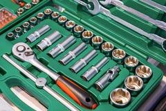 Un insieme delle chiavi in una scatola di plastica Un insieme per la riparazione dell'automobile Foto del primo piano Fotografie Stock Libere da Diritti