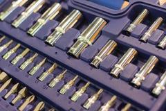 Un insieme delle chiavi in una scatola di plastica Un insieme per la riparazione dell'automobile Foto del primo piano Immagine Stock Libera da Diritti