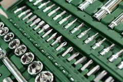 Un insieme delle chiavi in una scatola di plastica Un insieme per la riparazione dell'automobile Foto del primo piano Immagine Stock
