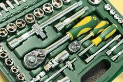 Un insieme delle chiavi in una scatola di plastica Un insieme per la riparazione dell'automobile Foto del primo piano Immagini Stock Libere da Diritti