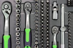 Un insieme delle chiavi in una scatola di plastica Un insieme per la riparazione dell'automobile Foto del primo piano Immagini Stock