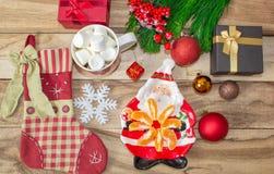 Un insieme delle decorazioni di Natale - un piatto sotto forma di Santa con i mandarini, un calzino per i regali, una tazza della fotografie stock libere da diritti
