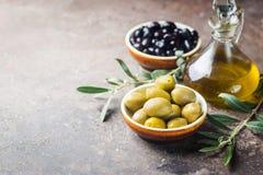 Un insieme delle olive e dell'olio d'oliva fotografia stock libera da diritti