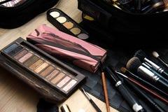 Un insieme delle spazzole e degli ombretti per trucco del fronte fotografie stock libere da diritti
