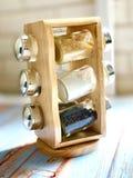 Un insieme delle spezie della cucina su un bello supporto di legno fotografia stock