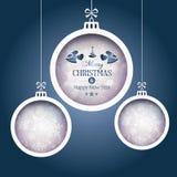 Un insieme di 3 bagattelle di Natale su fondo blu scuro Immagini Stock Libere da Diritti