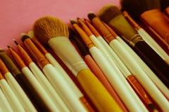 Un insieme di belle spazzole molli differenti per trucco da pelo naturale per bellezza che mira e che applica ad un fondamento to fotografia stock
