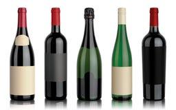 Un insieme di cinque bottiglie di vino Immagini Stock