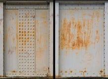 Un insieme di due di piastra metallica arrugginiti fotografia stock libera da diritti