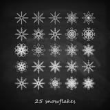 Un insieme di 25 fiocchi di neve graziosi sui precedenti della lavagna Fotografia Stock Libera da Diritti