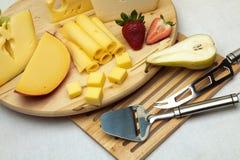 Un insieme di formaggio su una scheda di legno Fotografia Stock Libera da Diritti