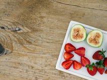 Un insieme di frutta fresca su uno scrittorio di legno Fotografia Stock
