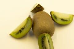 Un insieme di Kiwi Fruit Isolated verde fresco perfetto su fondo bianco in a profondità totale del campo Fotografia Stock