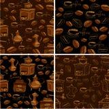 Un insieme di 4 modelli senza cuciture con le tazze di caffè disegnate a mano, fagioli, gr Fotografie Stock Libere da Diritti