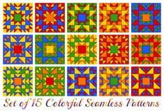 Un insieme di 15 modelli senza cuciture geometrici dell'arcobaleno contemporaneo con i triangoli ed i quadrati di tonalità rossa, Fotografia Stock Libera da Diritti