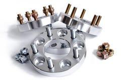 Un insieme di nuova forma metallica quattro dei distanziatori e dei dadi della ruota per sintonizzare 114 3x5 20mm e 25mm Fresatu Fotografia Stock Libera da Diritti