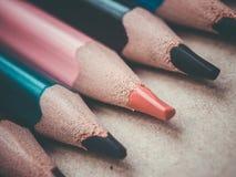Un insieme di parecchie matite colorate Matite in una fila su una superficie di legno Fotografie Stock Libere da Diritti