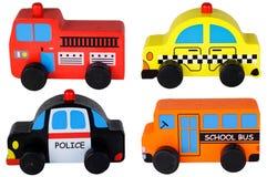 Un insieme di quattro automobili di legno del giocattolo isolate su bianco Immagine Stock