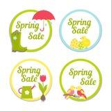 Un insieme di quattro etichette circolari di vendita della primavera royalty illustrazione gratis