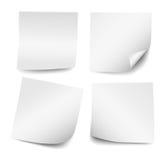 Un insieme di quattro note di Post-it bianche in bianco realistiche Fotografia Stock Libera da Diritti