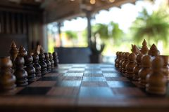 Un insieme di scacchi di legno sulla scacchiera fotografia stock libera da diritti