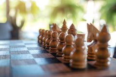 Un insieme di scacchi di legno sulla scacchiera immagine stock