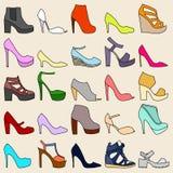 Un insieme di 25 scarpe alla moda Immagini Stock