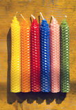 Un insieme di sei candele naturali della cera d'api Immagini Stock