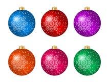 Un insieme di sei palle multicolori di Natale con la decorazione del fiocco di neve Immagine Stock