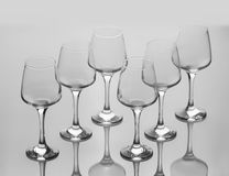 Un insieme di sei vetri di vino vuoti Fotografie Stock Libere da Diritti