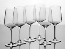 Un insieme di sei vetri di vino vuoti Fotografia Stock