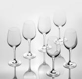 Un insieme di sei vetri di vino vuoti Immagini Stock