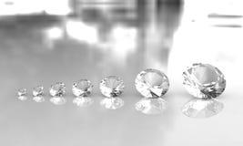 Un insieme di sette diamanti di formato su superficie lucida Immagini Stock