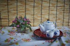 Un insieme di tè nel fondo della tenda di bambù fotografia stock