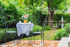 Un insieme di tè sulla Tabella nel giardino al pomeriggio Fotografia Stock Libera da Diritti