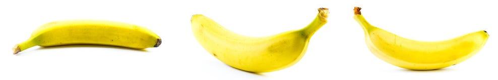 Un insieme di tre banane su un fondo bianco Immagini Stock