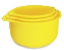 Un insieme di tre ciotole di plastica gialle Immagine Stock