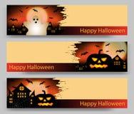 Un insieme di tre insegne di Halloween con la zucca e fantasma, pipistrello e castello Vettore illustrazione di stock